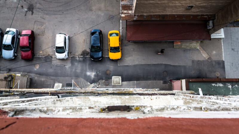 masini in parcare langa bloc