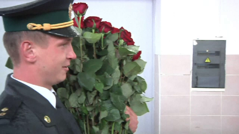 Un militar ucrainean si-a cerut iubita in casatorie intr-un mod inedit. Ce i-a inscenat femeii, cu ajutorul colegilor