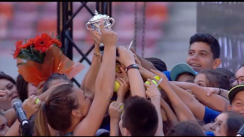 Simona Halep si trofeul de la Roland Garros