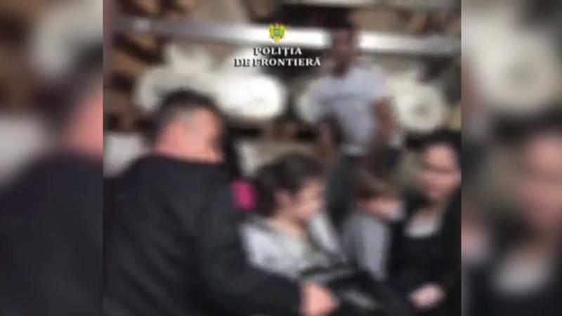 Zeci de migranți, dintre care 6 copii, descoperiți într-un camion la granița româno-maghiară