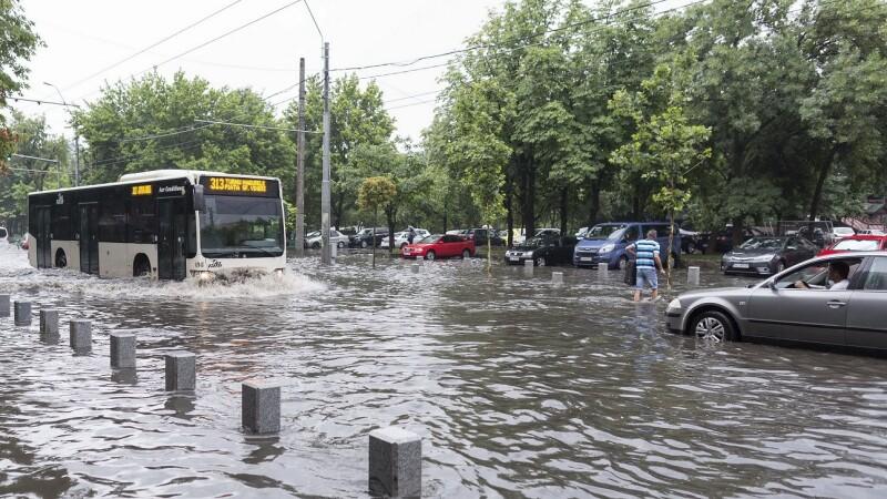 Bulevarde din Capitală, inundate după doar câteva minute de ploaie. Soluţia Primăriei: un număr de urgenţă