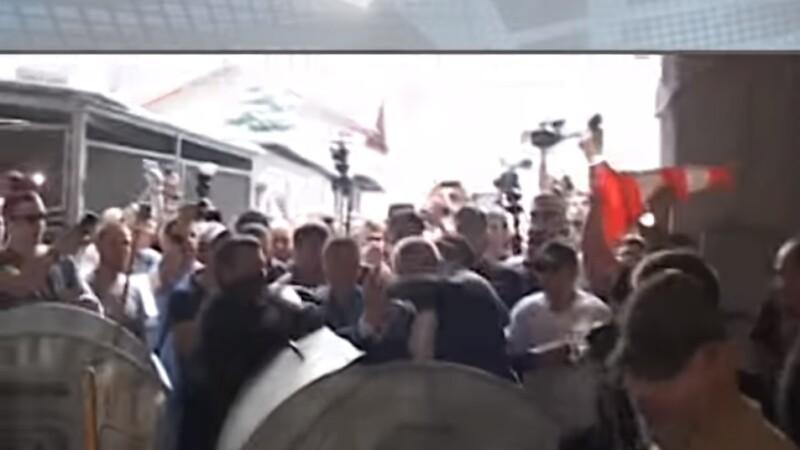 Viceprimar, aruncat într-un tomberon de gunoi de protestatarii nervoși. VIDEO