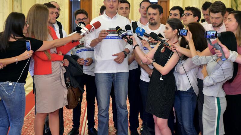 """Președintele USR: """"Cu drapelul în faţă, vom protesta şi mâine, în faţa Parlamentului"""""""