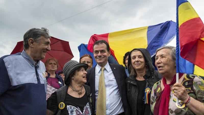 Mai mulți liberali, printre care și Ludovic Orban, au protestat în Piața Victoriei. VIDEO