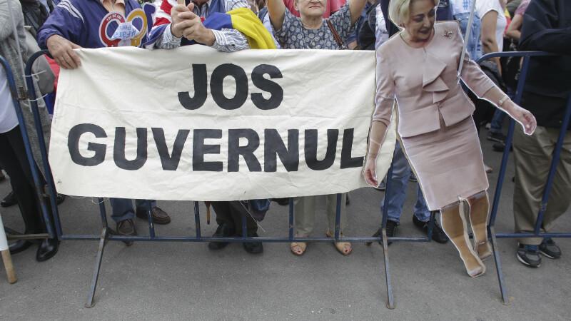 Mii de persoane au protestat în fața Parlamentului, în timpul dezbaterii moțiunii de cenzură