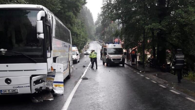 Autocar cu turişti francezi, implicat într-un accident la Sinaia: un mort