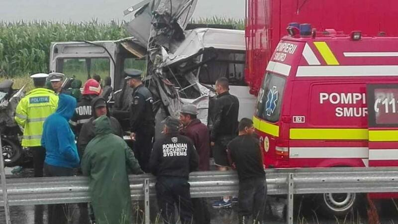 Microbuz cu pasageri implicat într-un accident grav, la Brăila. Doi oameni au murit