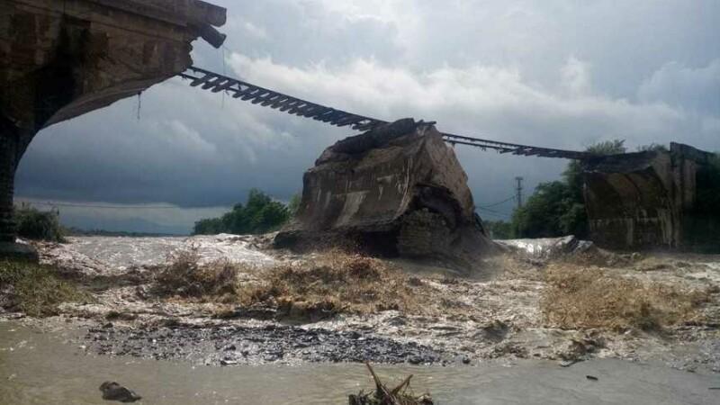 Un pod din Brașov, peste care trece o cale ferată, s-a rupt