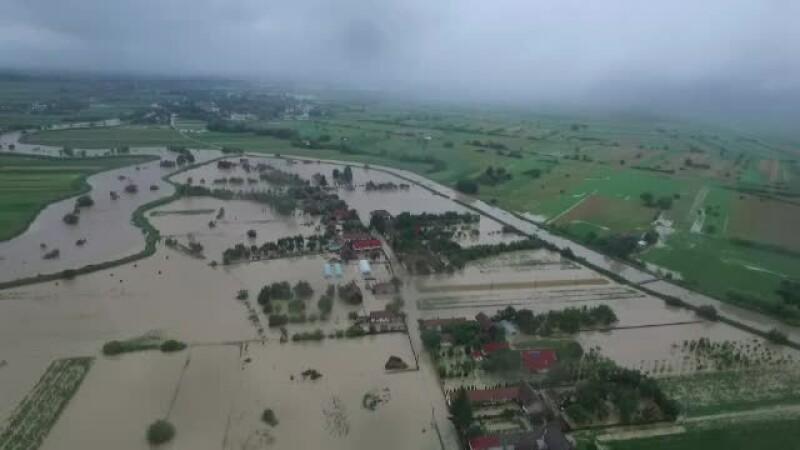 """Inundațiile din Brașov, filmate cu drona. Primar: """"Pe noi ne mai proteja pădurea"""""""