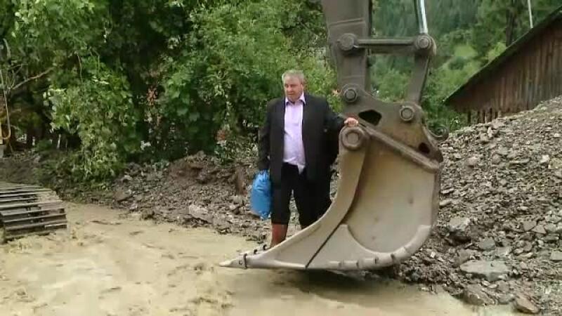 """Cod roșu de inundații. Oamenii au fost salvați cu excavatorul. """"Dacă vine Bistrița, nu mai existăm ca sat"""""""