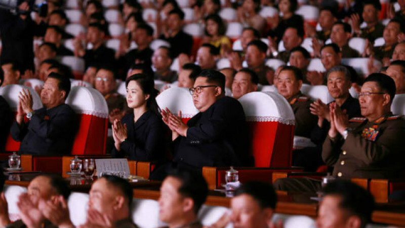 Kim Jong-un la un spectacol, alături de oficialul presupus executat - 3