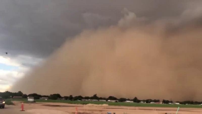 Fenomen înspăimântător provocat de mai multe furtuni simultane. Ce s-a văzut pe cer