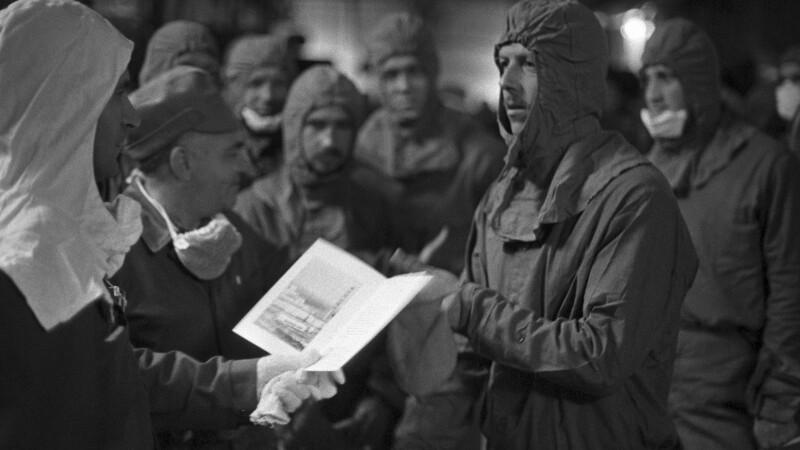 Nikolai Tarakanov oferind distincții lichidatorilor de la Cernobîl