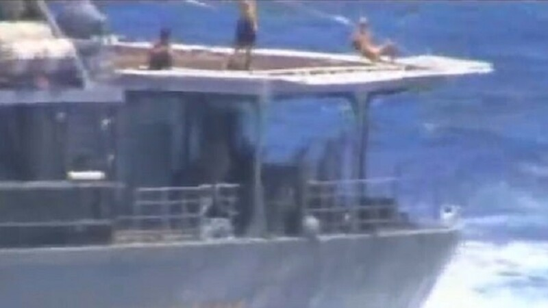 Marinari ruși filmați făcând plajă - 4