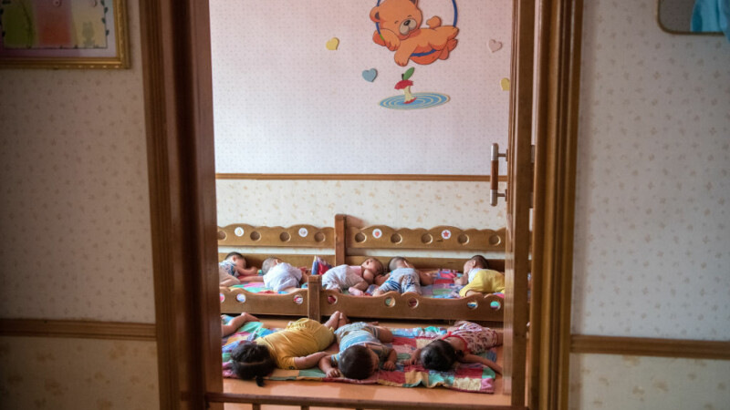 bebelusi la o cresa din Coreea de Nord