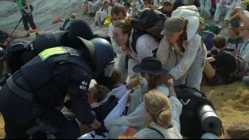 Mii de tineri au luat cu asalt o mină păzită de polițiști, în Germania