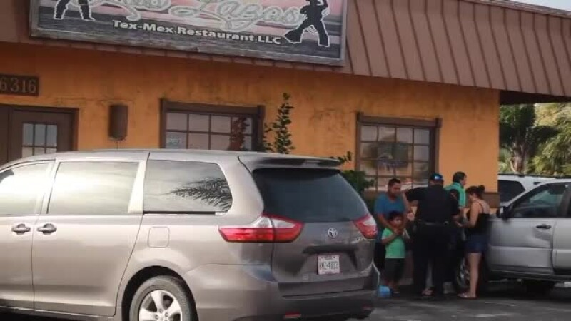 Un copil de 1 an a murit după ce părinții l-au lăsat 5 ore singur în mașină