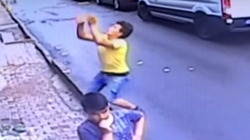 Momentul în care un adolescent salvează un copil de 2 ani căzut de la etaj