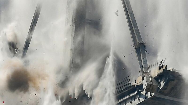 Momentul demolării podului Morandi din Genova