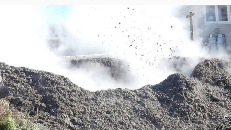 O familie s-a trezit cu un crater din care țâșnește noroi, chiar lângă casă - 1