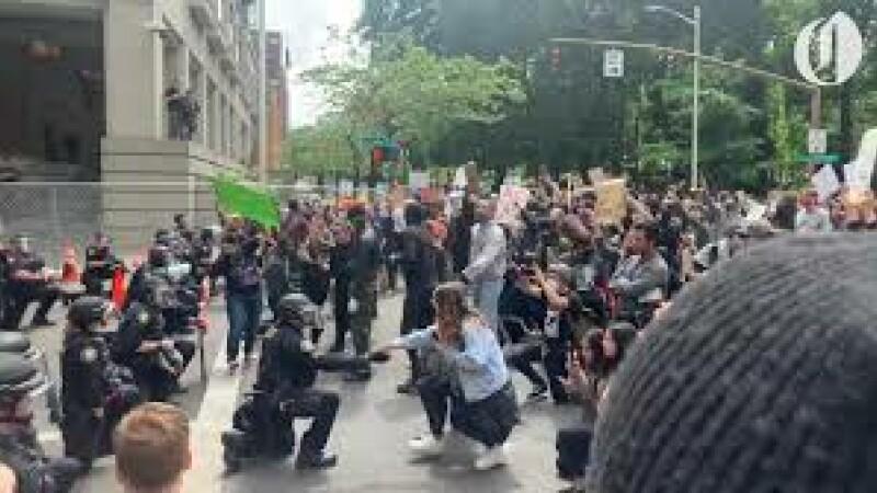 politisti in genunchi sua