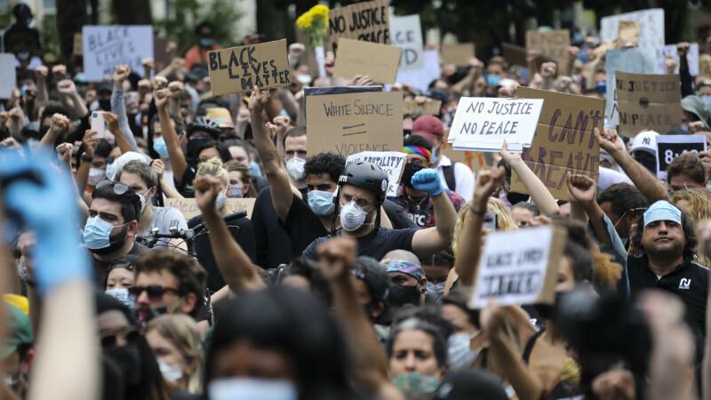 Adunare uriașă în New York pentru a comemora moartea lui George Floyd