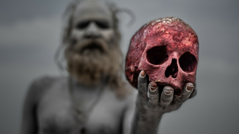 Canibalii care fac altare din cadavre și beau din craniile oamenilor