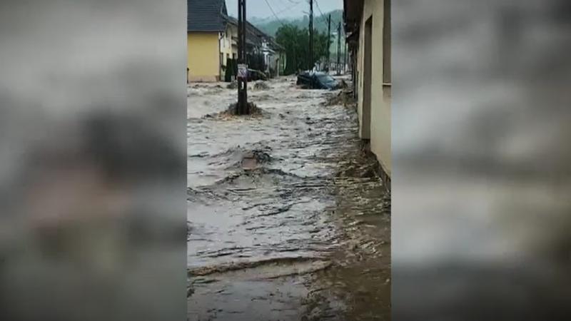 Furtuni violente în toată țara. Drumuri surpate și localități inundate în mai multe județe