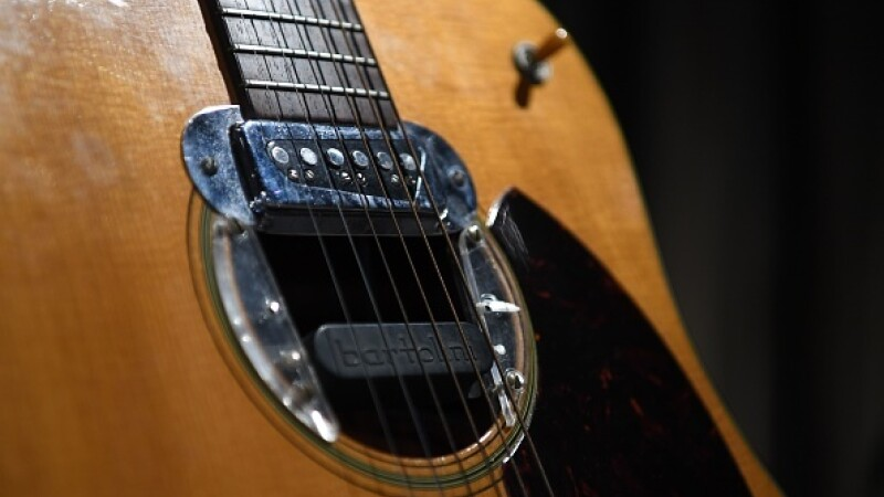 Suma incredibilă pentru care a fost vândută o chitară a lui Kurt Cobain - 8