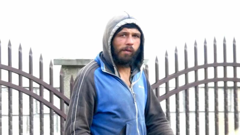 Bărbatul care terorizează femeile din Piatra Neamț, luat la bătaie în timp ce era filmat cu camera ascunsă de un jurnalist