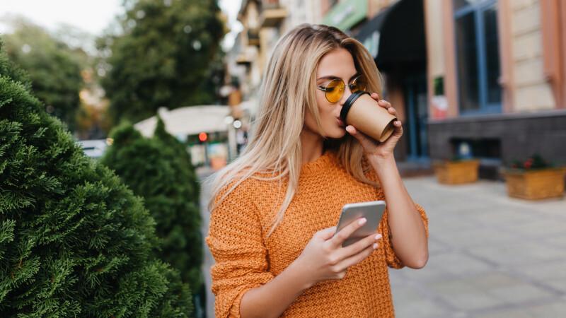 Orașul în care s-ar putea interzice utilizarea telefoanelor mobile în timpul mersului