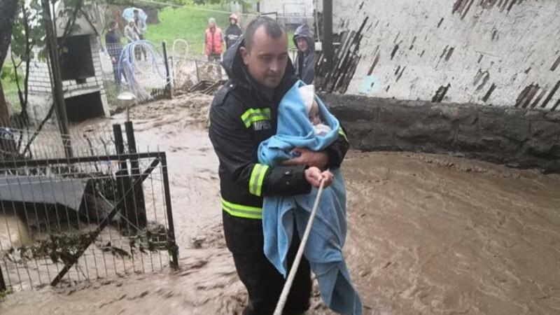 """Un pompier a salvat un bebeluș din calea viiturii: """"Eram în timpul liber"""""""