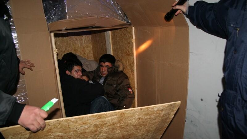 Au vrut sa treaca granita in cutii de carton, dar erau sa moara asfixiati!
