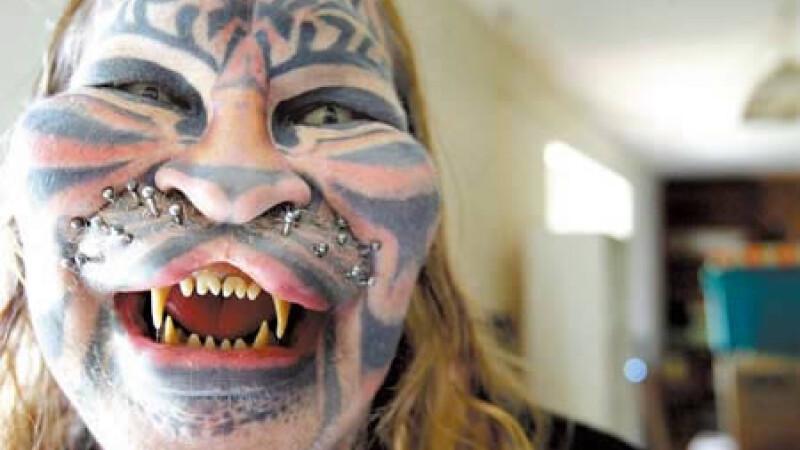 Dennis Ayner – Omul Pisica