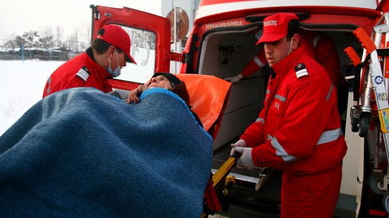 Salvatorii de la SMURD au avion sanitar cu ajutorul romanilor