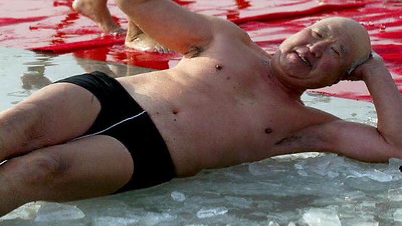Brrrr! Un chinez a stat trei ore in gheata si n-a crapat!