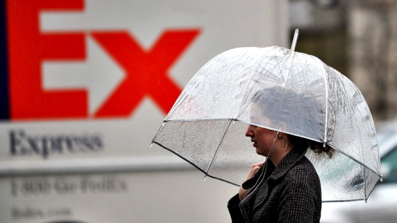 ploaie, femeie cu umbrela