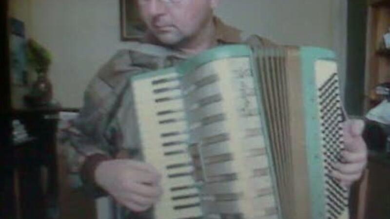 Dan Tudurache, canta la acordeon