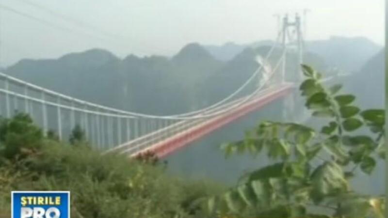 Chinezii uimesc din nou lumea. Cel mai lung pod suspendat, intre 2 munti, construit in timp RECORD