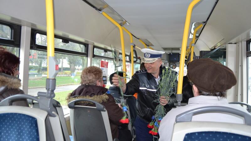 Politistii din Satu Mare au facut front comun. Au amendat cu flori toate femeile intalnite in trafic