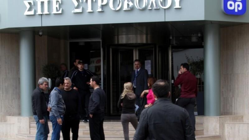Cipriotii dau navala la banci. Prima tara care ia din banii depunatorilor, ca sa nu dea faliment