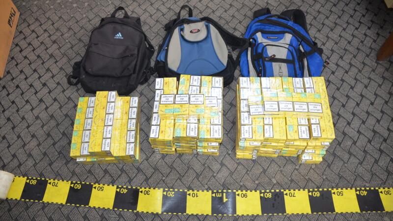 Trei elevi din Satu Mare au fost prinsi cu tigari de contrabanda in ghiozdane
