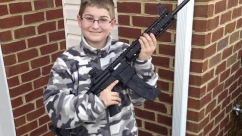 Un copil de 10 ani s-a pozat cu o pusca si a pus imaginea pe Facebook: urmarea l-a terorizat pe tata