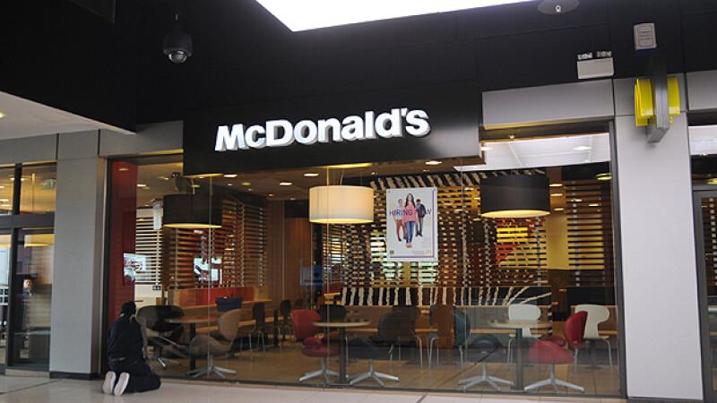 Doi tineri, prinsi in timp ce faceau sex in toaleta unui restaurant McDonald's