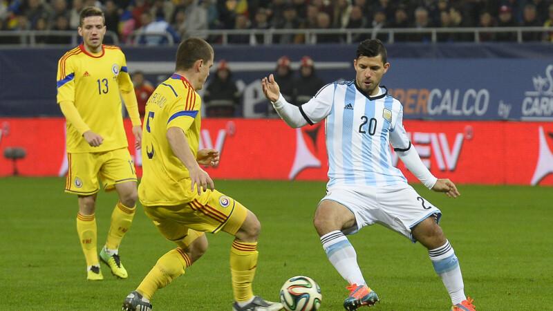 Sergio Aguero (D), de la nationala Argentinei, lupta pentru balon cu Alexandru Bourceanu (C)