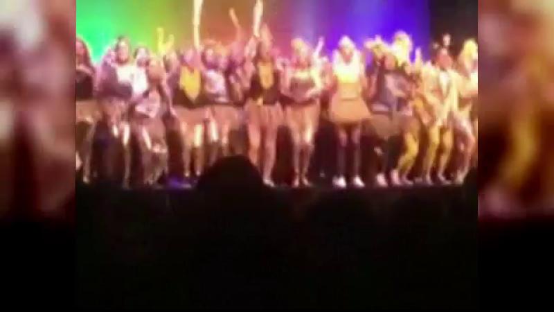 Incident in timpul unui spectacol la liceu. 250 de fete dansau pe scena cand aceasta a cedat sub greutatea lor