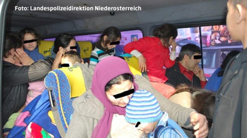 Eficienta romanilor i-a uimit pe austrieci. 42 de oameni au incaput intr-un microbuz de 9 pasageri