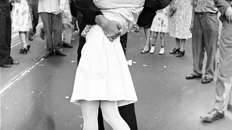marinarul care saruta o infirmiera