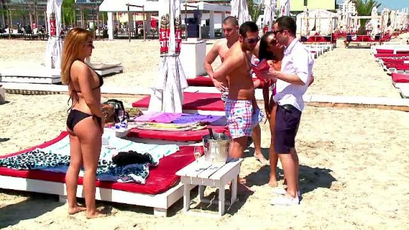 tineri la plaja