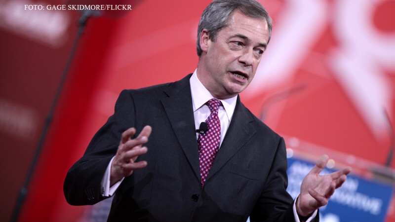 Nigel Farage tinand un discurs